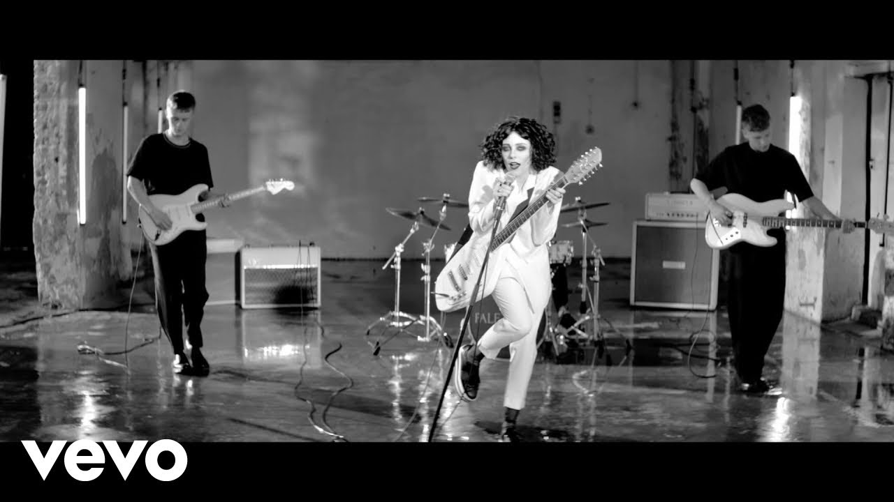 pale waves: vídeo de Kiss